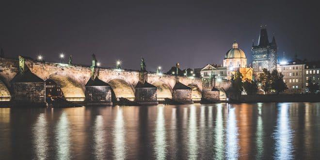 charles-bridge-in-prague-at-night