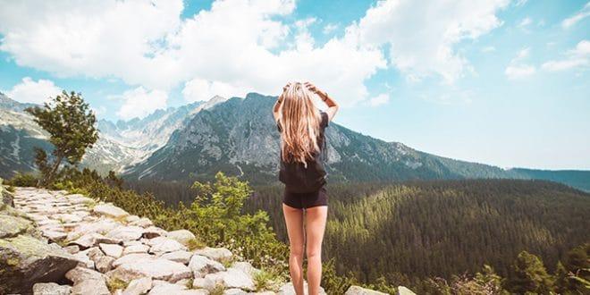 Image à la une Jeune femme sur une montagne