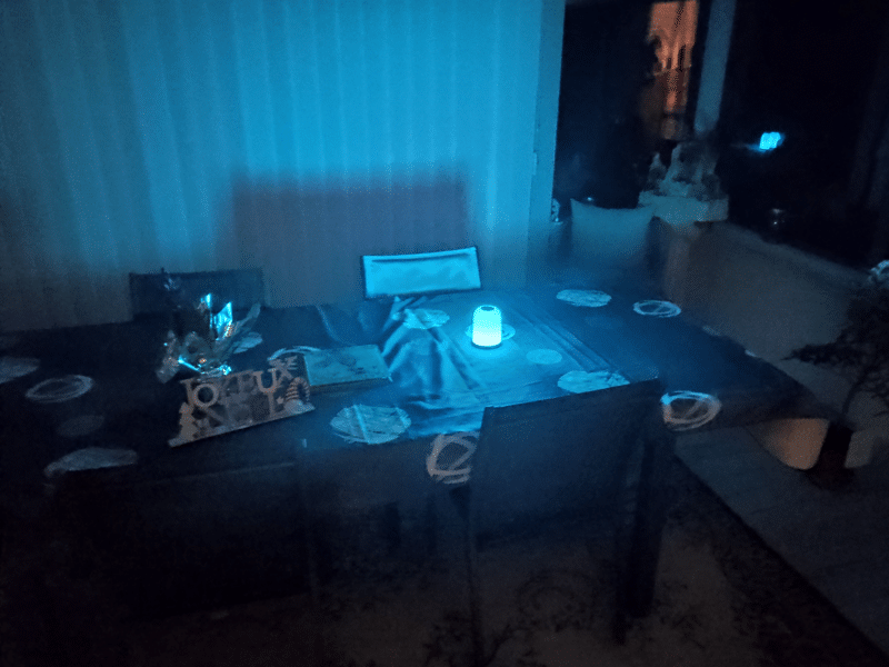 la lampe de chevet portable Aukey LT-T8 dispose de LED colorés pour créer des ambiances
