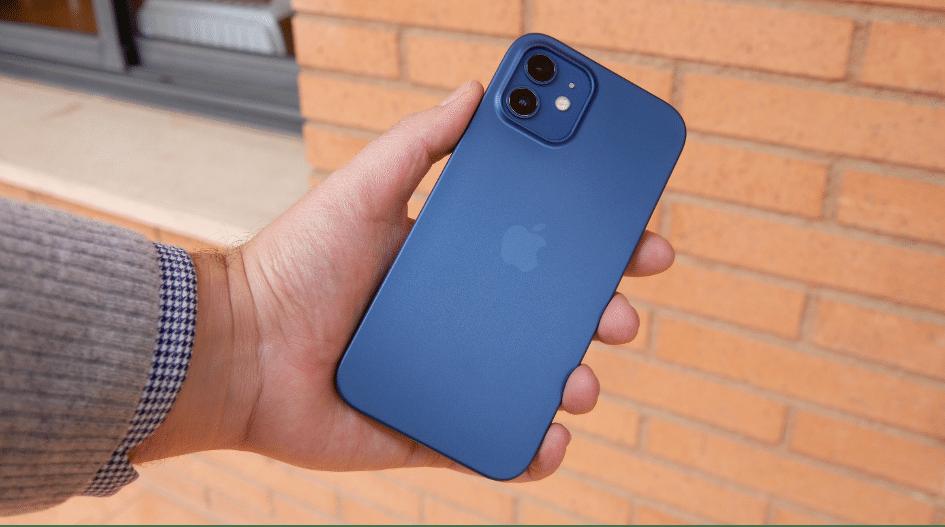 Utiliser la coque de ShopSystem conçue pour l'iPhone 12 qui est compatible avec MagSafe.